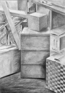 Bleistiftzeichnung von leinem Holzschrank mit drei Schubladen im Zentrum, ringsherum Pappkisten, links auf einer Kiste ein Klappstuhl