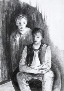Kohlezeichnung von zwei Jungs, der eine sitzt im Vordergrund, der andere steht schräg hinter ihm