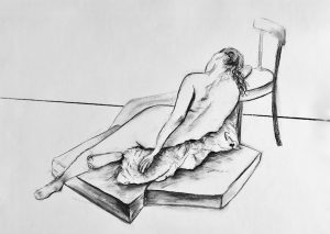 Kohlezeichnung eines auf Matrazen sitzenden weiblichen Aktes