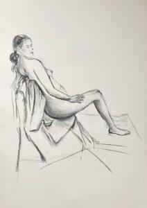 Kohlezeichnung eines auf einem Stuhl sitzenden weiblichen Aktes