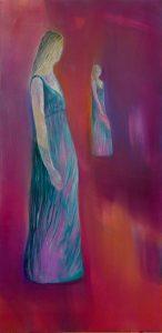 Eine Frau im grünen Kleid erblickt ihr Spiegelbild im Hintergrund.