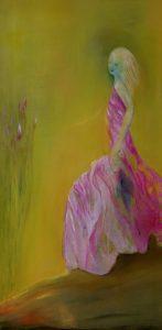 Eine Frau im rosa Kleid kommt aus dem Rand des Bildes gerannt.